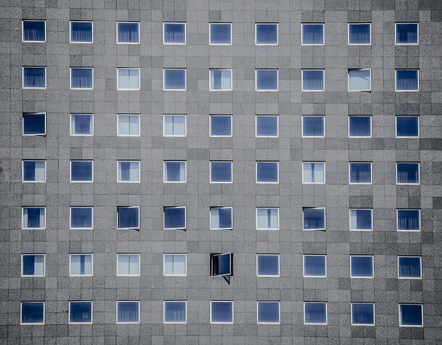 šedý dům, spousta oken