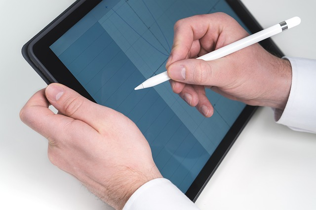 ruce, tablet, tužka
