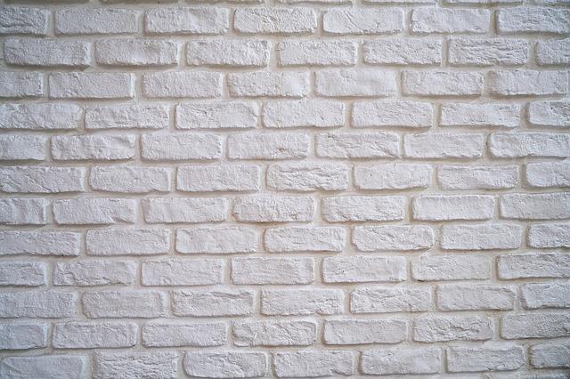bílá zeď