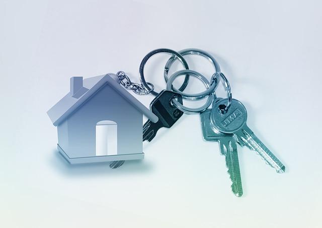 klíče s klíčenkou v podobě domku