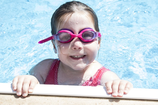 děvčátko u kraje bazénu