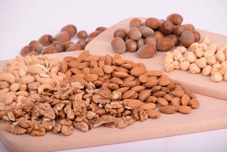 směs ořechů a mandlí